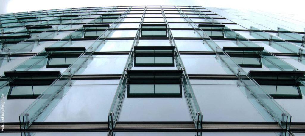 Immobilienfinanzierung nach Ihren Wünschen und Bedürfnissen / Glasfassade eines Bürogebäudes